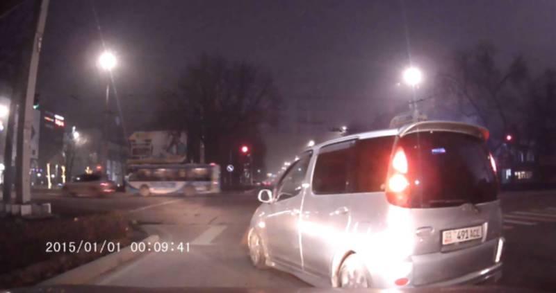 В Бишкеке на Чуй-Ибраимова таксист пересек стоп линию на красный свет - читатель (видео)