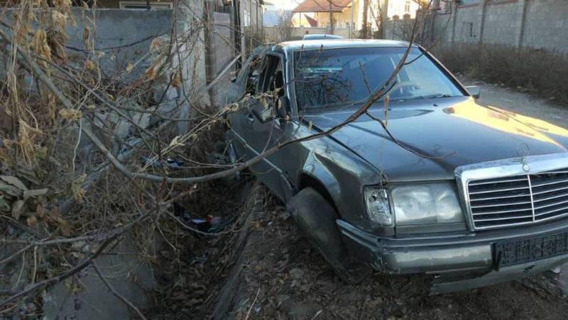 В районе Манас айылы «Мерседес» врезался в забор частного дома (фото)