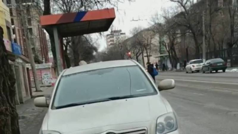 В Бишкеке на ул.Горького водитель «Тойоты» припарковался заехав на остановку, - горожанин (видео)