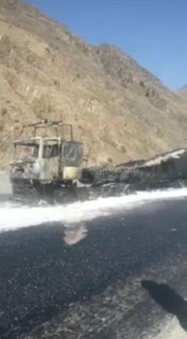 На 100 км автодороги Бишкек-Ош сгорел бензовоз <i>(видео)</i>