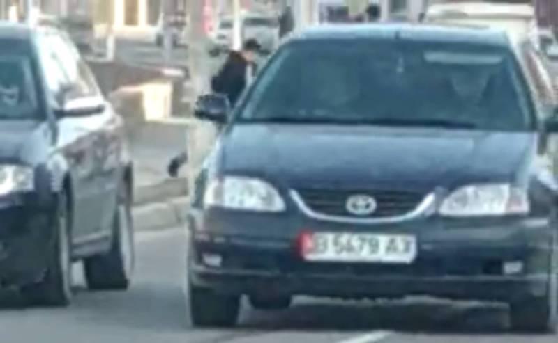 В Бишкеке на Малдыбаева водители паркуются напротив КГУСТА и создают пробку (видео)