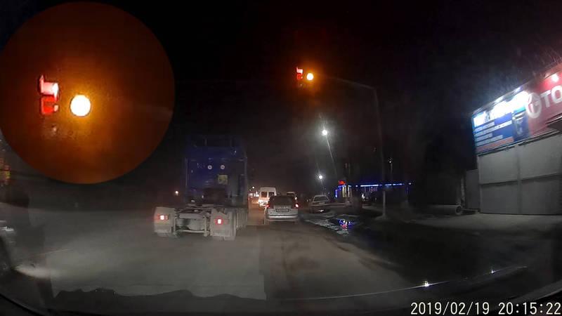 На перекрестке в Новопавловке светофор не мигая переключается с зеленого на желтый, - житель (видео)