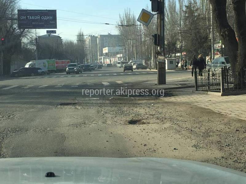 Бишкекчанин пожаловался на дыры на дороге на Ауэзова-Токмакская, которую ремонтировали два года назад