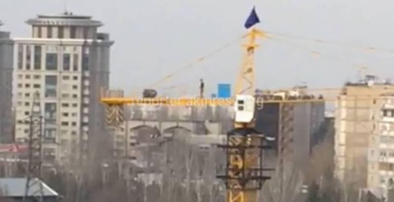 На стройке «Авангард Стиль» мужчина залез на стрелу строительного крана и читал намаз (видео)