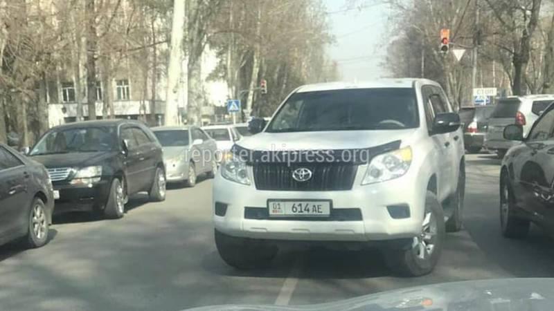 На Тыныстанова водитель «Тойоты» оставил авто на проезжей части дороги и ушел (фото)