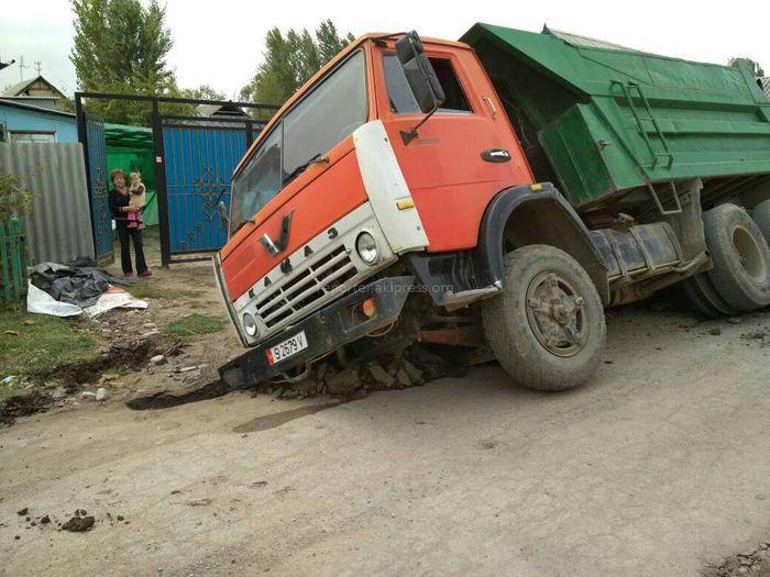В Канте грузовики проваливаются в траншею на улицах, где идет прокладка водопровода и газопровода, - читатель <i>(фото)</i>