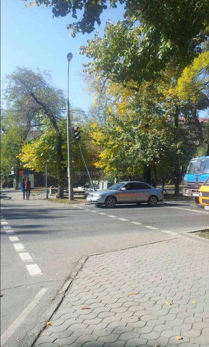 На Токтогула - Молодой Гвардии в Бишкеке накренился светофор (фото)