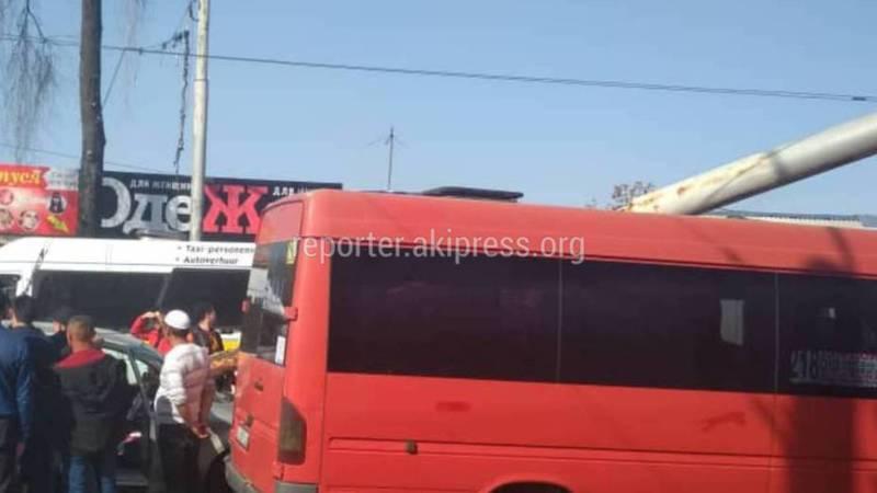 В районе Ошского рынка столб упал на две машины (новые фото, видео)