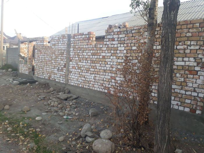 Арча-Бешик конушунда 11 көчөсүнүн тургуну мамлекеттик жерди басып алып магазин куруп жатат, - окурман (фото)