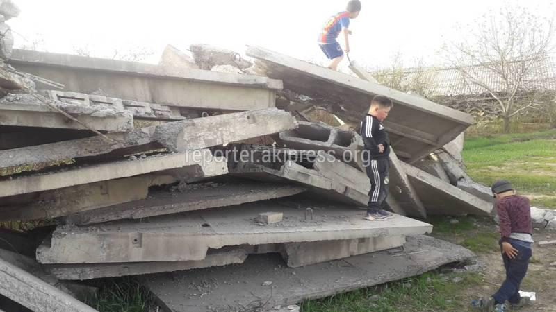 В новостройке Кырман возле жилых домов вывалили бетонные плиты (видео)