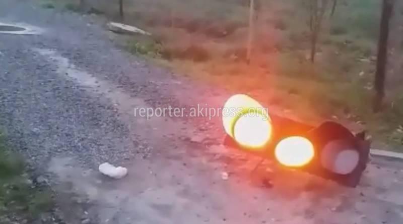 На Алыкулова - Омуракунова лежит светофор на дороге (видео)