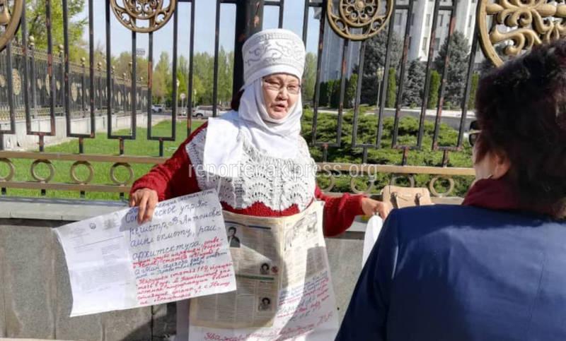 Возле Белого дома женщина в элечеке проводит одиночный митинг (фото)