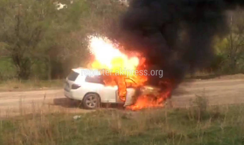 Видео, фото — По дороге в Чункурчак сгорел внедорожник