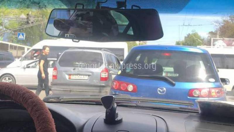На Байтик Баатыра - Ахунбаева образовалась пробка из-за неработающего светофора (фото)