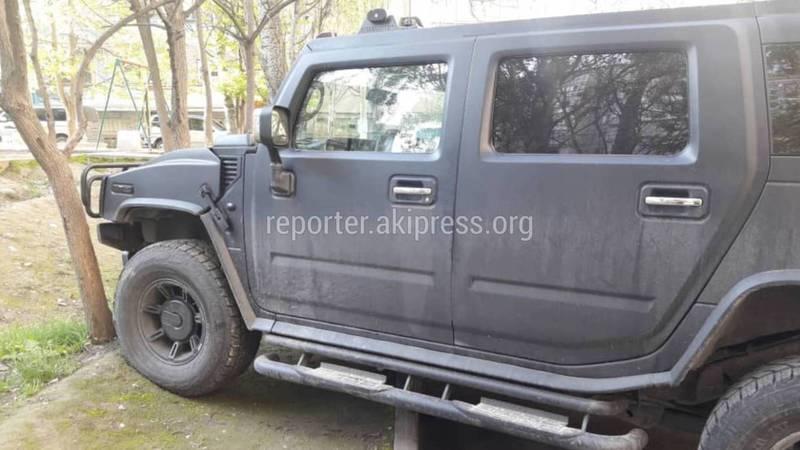 В мкр Тунгуч водитель «Хаммера» постоянно паркуется по хамски (фото)