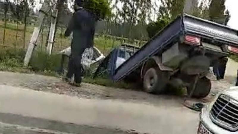 В Оше на улице Ахмедова произошло ДТП: «Портер» и легковушка упали в кювет