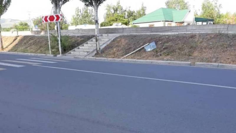 На Малдыбаева-Камской сломан дорожный знак