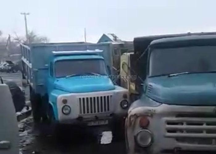 Видео - В Кара-Балте грузовики съезжаются на угольный склад