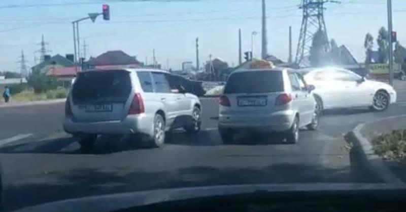 На Достоевского – Анкара водители поворачивают на красный свет светофора (видео)