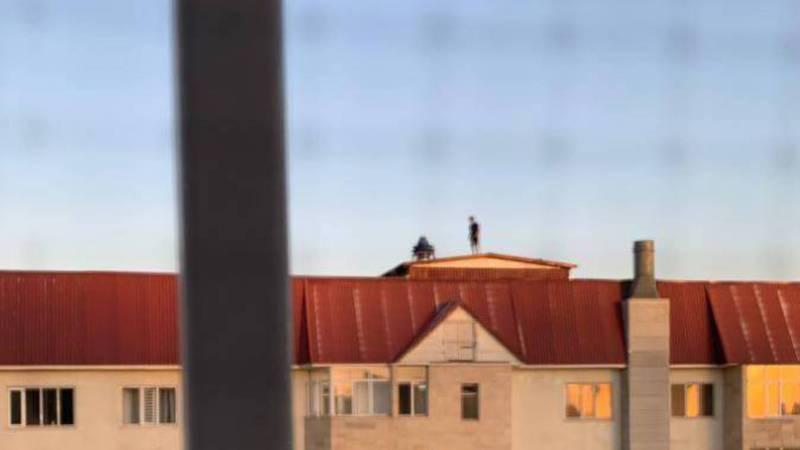 На Московской – Умуталиева подростки пели и танцевали на крыше 12 этажного дома (видео)