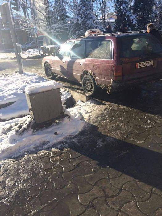 Горожанин просит убрать такси, которые припаркованы на Жибек Жолу—Абдрахманова <i>(фото)</i>