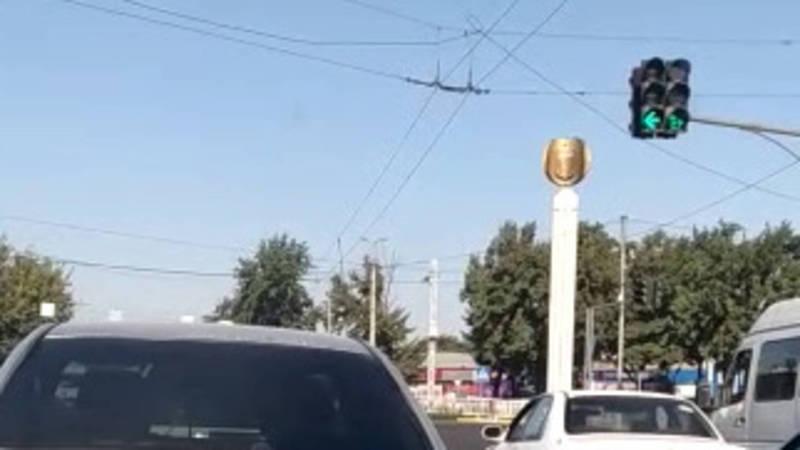 На Чуй - Фучика дополнительный сигнал светофора налево горит всего 3 секунды (видео)