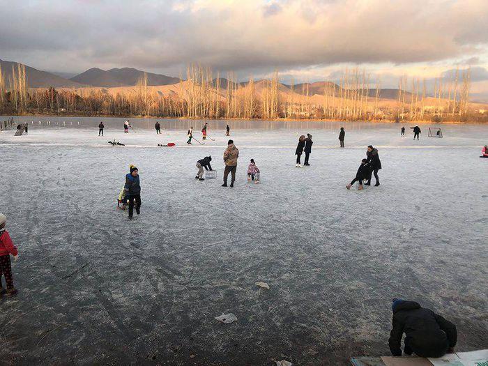 Жители Чолпон-Аты наслаждаются катанием на коньках <i>(фото)</i>