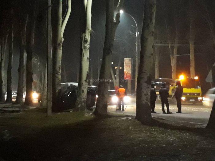 На правительственной трассе произошло ДТП с участием 3 машин, одна из них врезалась в дерево <i>(фото, видео)</i>