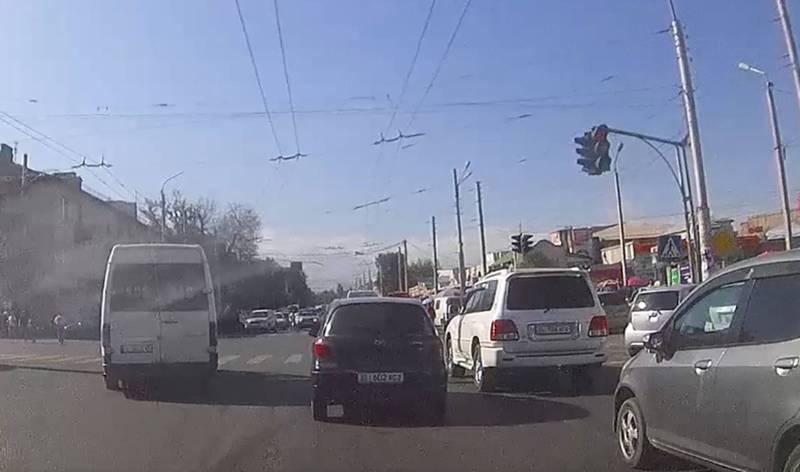 На Бейшеналиевой-Киевской водитель маршрутки выехал на встречку и повернул на красный свет светофора (видео)