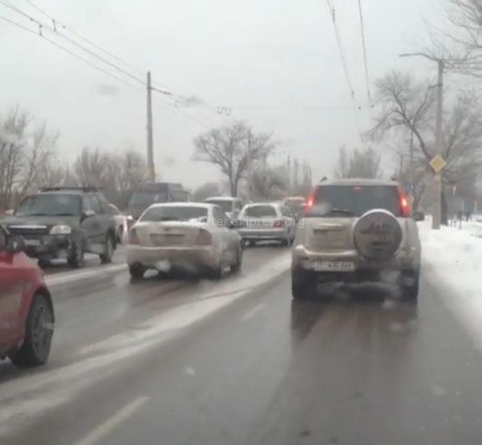 Бишкекчанин жалуется на несвоевременную подсыпку песком ул.Анкара (видео)