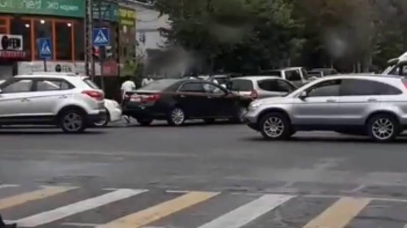 В центре Бишкека столкнулись три автомашины, за рулем были женщины (видео)