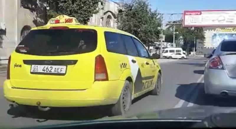 На улице Матыева водители выезжают на встречную полосу (видео)