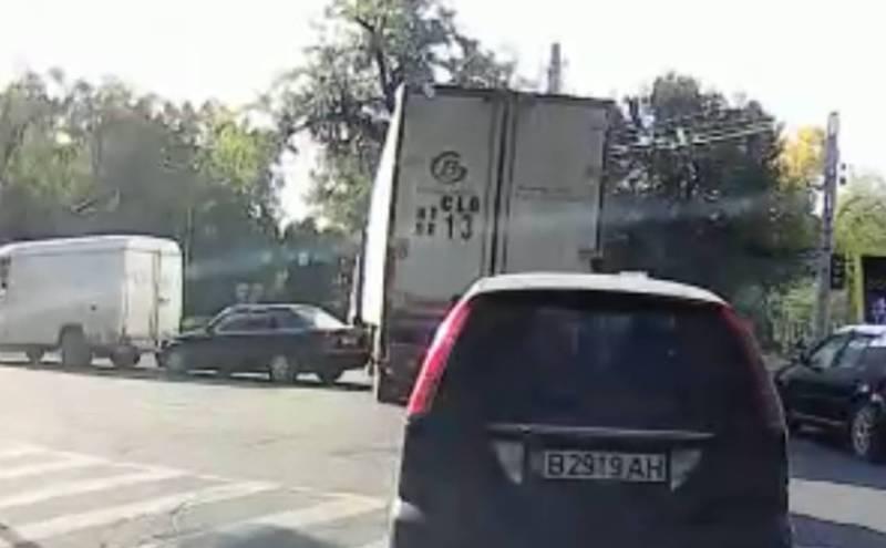 На Молодой Гвардии грузовик повредил стоявший на перекрестке седан и уехал (видео)