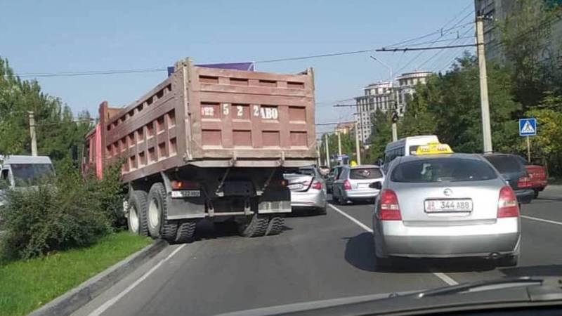 На Южной магистрали водитель грузовика стукнул «Хендай» и выехал на газон (видео)