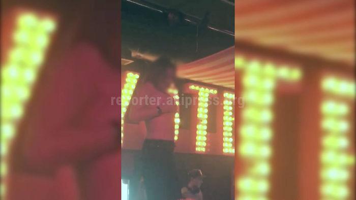 В ночном клубе две девушки ради конкурса обнажили свои груди <i>(видео)</i>