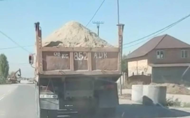 С КамАЗа сыпался песок на дорогу и идущие сзади авто (видео)