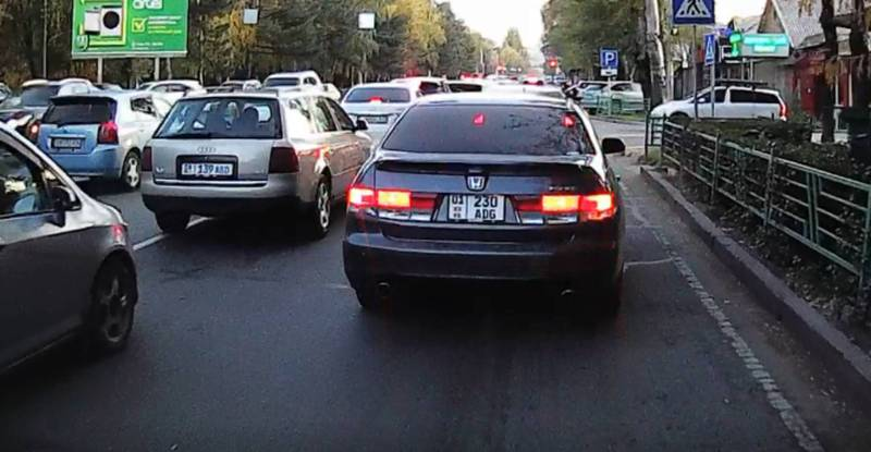 На ул.Байтик Баатыра водитель «Хонды» создал аварийную ситуацию, «подрезав» другого водителя (видео)