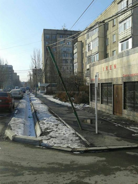 В мкр Восток-5 на ул.Мамбетова накренился столб и неправильно установлены дорожные знаки (фото)