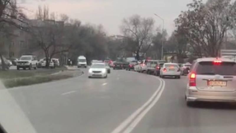 Горожанин жалуется на пробки из-за нового светофора на Л.Толстого-Игембердиева