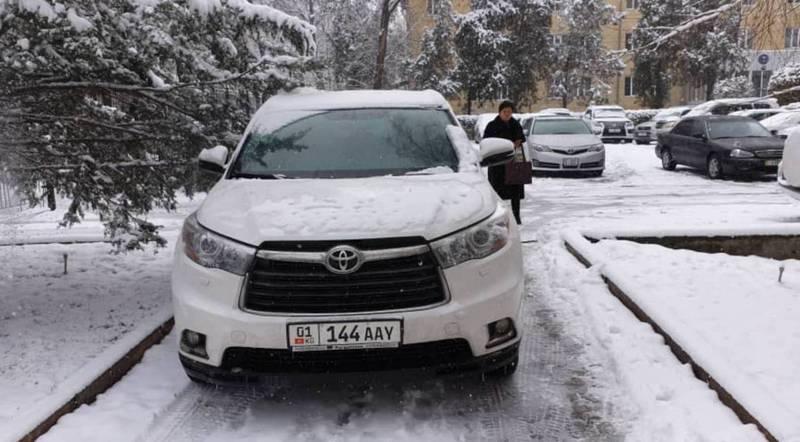 Возле спецполиклиники на тротуаре припаркована «Тойота», за ней числятся штрафы на 11 тыс. сомов (фото)