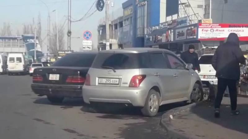 На Курманжан Датки-Мусы Джалиля постоянно паркуются на перекрестке (видео)