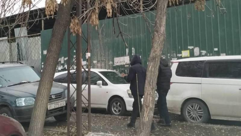 Горожанин: По улице Лермонтова на тротуаре постоянно паркуют машины (фото)