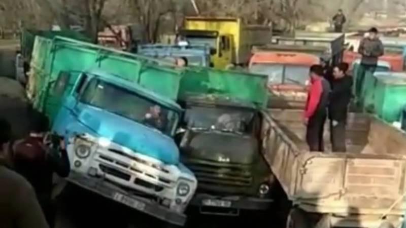 Видео — Очередь из грузовиков за свекловичным жомом в Каинды