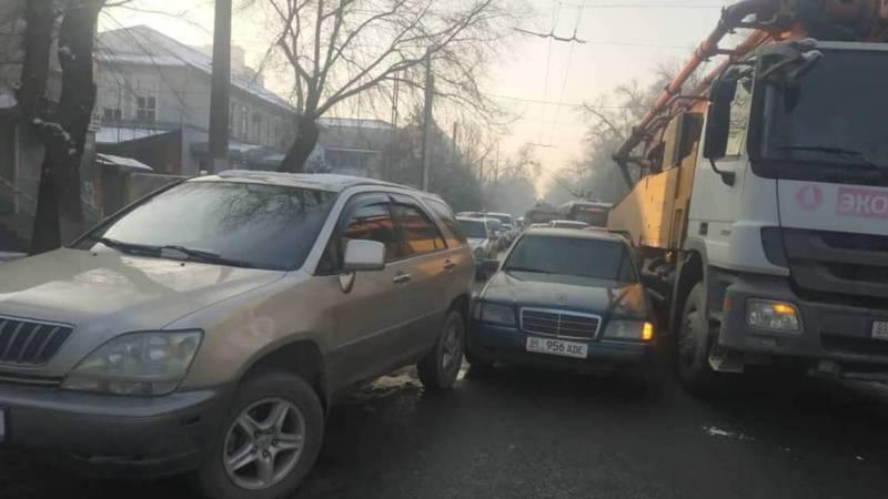 На ул.Московской бетононасос задел автомашину, та врезалась в машину на обочине. Образовался затор. Видео, фото