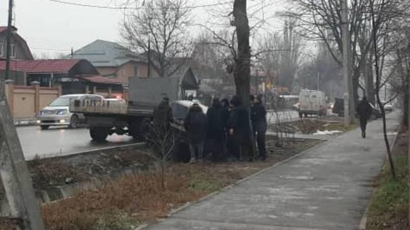В Бишкеке машина, пытаясь избежать ДТП, провалилась в арык. Фото