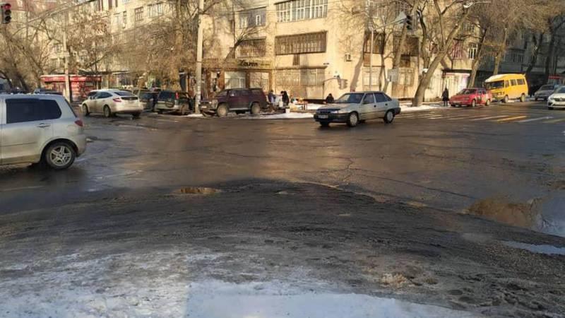 Сотрудники «Тазалык» очистили перекресток ул.Токтогула-Уметалиева. Видео, фото
