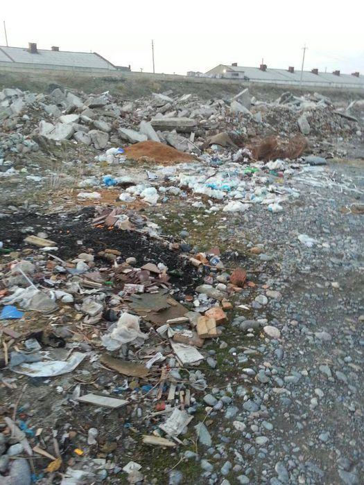 На железнодорожном переезде возле речки Сокулук образовалась стихийная свалка <i>(фото)</i>