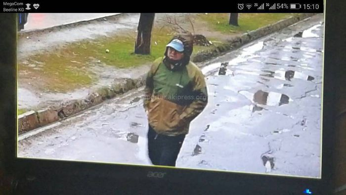 На ул.Ахунбаева в Бишкеке мужчина вытащил из машины барсетку с крупной суммой денег <i>(видео)</i>