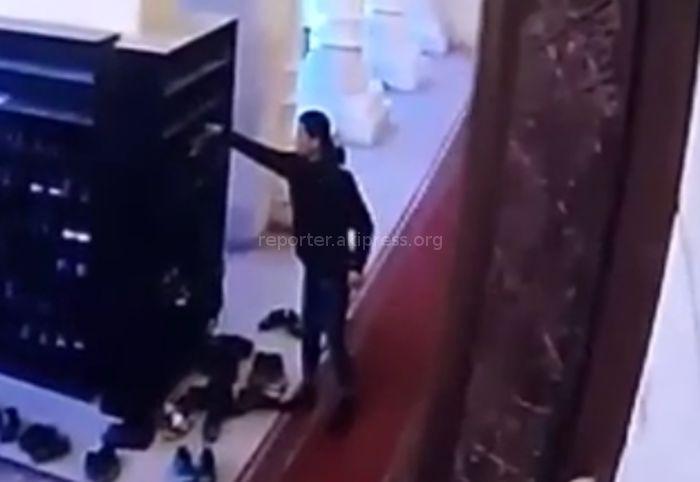 Парень в мечети украл кроссовки и телефон (видео)