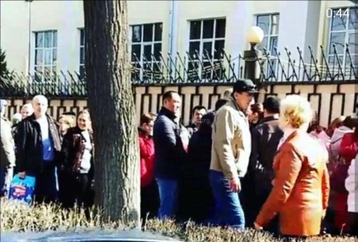 Выборы президента РФ. В Бишкеке возле посольства России выстроилась большая очередь <i>(фото, видео)</i>